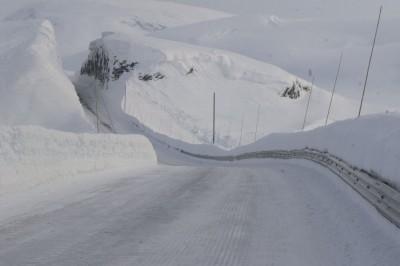 Vinterregulariteten på riksveg 13 over Vikafjellet er så usikker at fjellovergangen bør erstattast med tunell.