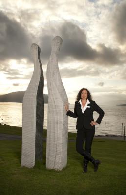 Hotelldirektøren stør seg mot ein av dei flotte skulpturane utanfor Spa-hotell Velvære, like ved kanten av Hjelmelandsfjorden.