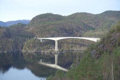 Sandsfjordbrua stod ferdig i november 2015, og sikrar eit døgnope vegsamband over Sandsfjorden i Suldal kommune. (Foto: Statens vegvesen)