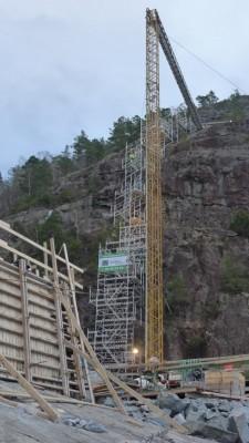 Frå støypinga av fundamentet for det første hovudtårnet i Sandsfjordbrua. Betongen blei pumpa gjennom eit 150 meter langt røyr, frå 70 meters høgde. (Foto: Statens vegvesen)