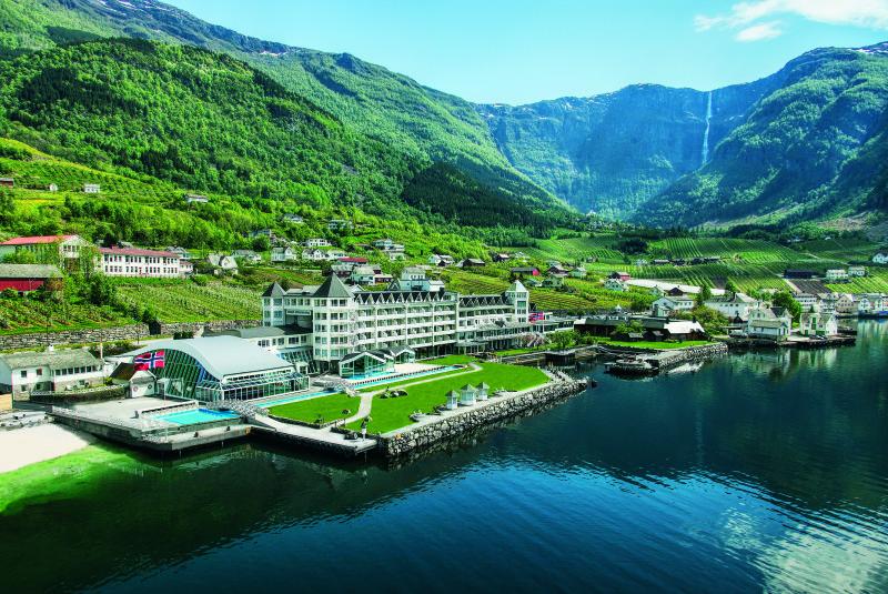 Hotel Ullensvang ligg idyllisk til ved Sørfjorden, ein sidearm av Hardangerfjorden, med Hardangervidda i ryggen.  Foto: Niels Johansen